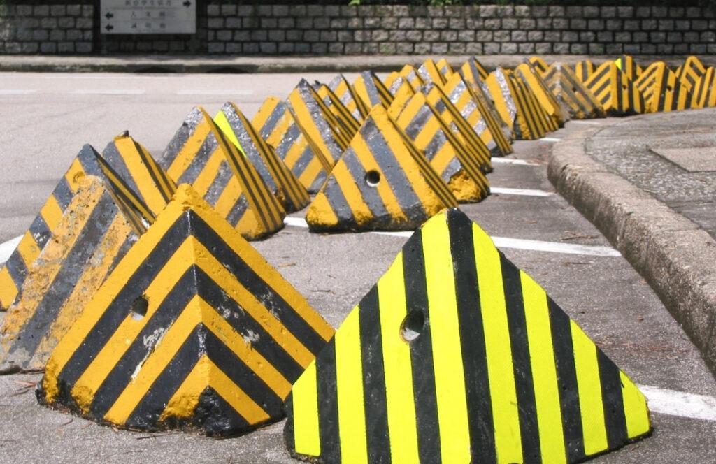 Svarta och gula byggblock står placerade som hinder.